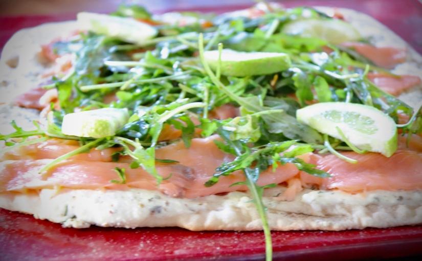 Pizza blanche au saumon et à laroquette